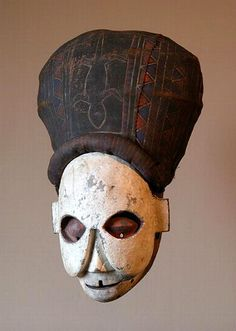 NKANU - D.R. Congo Maschera (kakuungu) Legno, pigmenti, giunco, tessuto di rafia cm. 62 (con copricapo) x 24,5