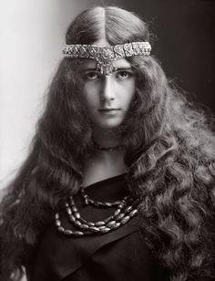 """Танцовщица Клеопатра Диана де Мерод (сценический псевдоним - Cléo de Mérode) родилась 27 сентября 1875 года в Париже. Наряду с Линой Кавальери, Отеро и Сахаретт, Клео де Мерод была одной из первых всемирно известных фотомоделей """"Belle Epoque"""", «открыточной мадонной», чьи изображения продавались повсюду от России до Австралии."""