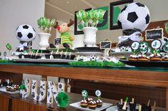 As bolachas de baunilha no tema Campo de Futebol Etelvinne dão a graça a linda mesa decorada pela empresa DiPapel.