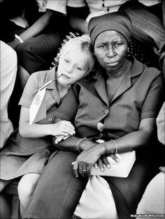 Ian Berry 1994 South Africa - the same year Apartheid officially ended. Berry's photograph marks an instant change in history. The photograph summarises the brilliance of Nelson Mandela and how his desire to change the world did just that. We Are The World, People Of The World, Magnum Photos, Black White Photos, Black And White Photography, People Photography, Portrait Photography, Ian Berry, Photographer Portfolio