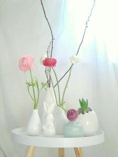 blumige Grüße... #Osterdeko #Easter #DIY #Ostereierbemalen #eggs #happyeaster #holiday Diy Osterschmuck, Diy Easter Decorations, Spring, Flower Power, Flower Arrangements, Glass Vase, Candles, Display, Flowers