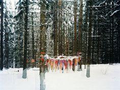 Khi gặp khó khăn, người dân thường buộc mảnh khăn lên các nhánh cây trong rừng thiêng, với mục đích cầu nguyện