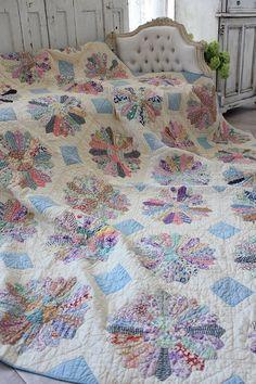 """""""Antique quilt Fidosakku charming quilt Dresden Plate"""" Kokin-Fuat Coconfouato [antique lighting and antique furniture] antique cross antique fabric antique textile fabric lace --cloth--"""