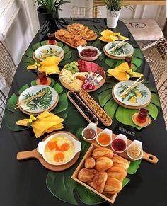 Breakfast Table Setting, Breakfast Platter, Breakfast Presentation, Food Presentation, Food Set Up, Good Food, Yummy Food, Ramadan Recipes, Food Platters