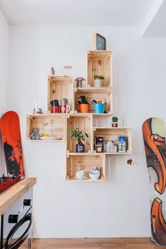 Mur de caisses en bois | Wooden boxes wall