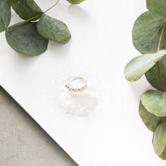 Esta pieza se compone de un aro fino de plata con 5 bolas fijas que tienen una textura que crea un acabado mate