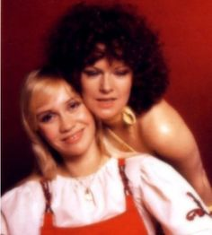 Agnetha and Frida in 1975 Abba Sos, Glam And Glitter, Anna, Kinds Of Music, King Queen, Cool Bands, The Beatles, Beautiful Pictures, Queens