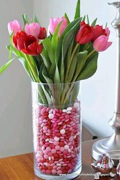 más y más manualidades: Centros de mesa con flores y dulces. Muy fácil!