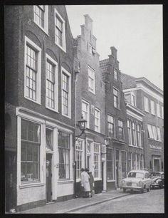 Groot Heiligland met het gebouw van het Haarlems Dagbad. en links de Omvalspoort. 1960