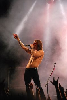 Myles Kennedy - no wonder Zeppelin wanted him if they reformed! Probably the best rock tonsils available today.