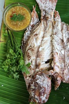 Authentic Thai Grilled Fish Recipe (Pla Pao ปลาเผา) - http://www.eatingthaifood.com/2014/03/thai-grilled-fish-recipe-pla-pao/