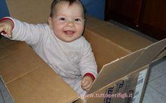 Non buttare la scatola, fai giocare tuo figlio Una bella scatola, in cui può entrare dentro seduto, darà sfogo alla sua fantasia di bambino .  Rovesciata, con l'apertura sul pavimento, diventa un tavolino per cucinare e poi prendere un thè con  #bambini #giochi
