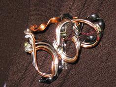 Broche, boutonnière originale en fils d'aluminium : Broche par m-dame-jeanne-m