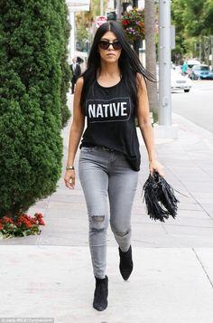 look kourtney kardashian calça jeans cinza botinha bolsa de franja
