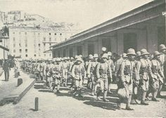Lisboa: soldados encaminham-se para o navio que os levará para Moçambique.