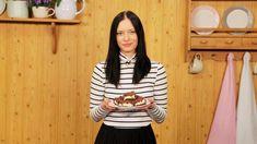 Strouhaný kakaový koláč s tvarohem se v poslední době trošku vytratil z nabídek cukráren a kaváren. A to je škoda nesmírná! Tuhle lahodnou klasiku všech klasik vrátíme na servírovací tácy s půvabnou cukrářkou Daškou Malou.