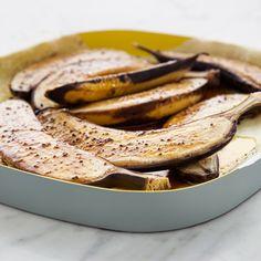 Maailman helpoin jälkiruoka syntyy banaaneista. Halkaise banaanit ja mausta pinta limetin mehulla ja kardemummalla.