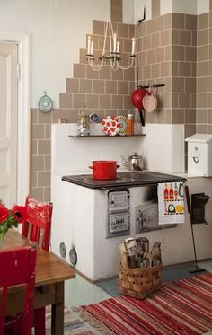 An old-fashioned kitchen, like at granny's. (via moderni mummola) Finland Rustic Kitchen, Kitchen Dining, Kitchen Decor, Old Fashioned Kitchen, Adobe House, Small Dining, Small House Plans, Cozy House, Kitchen Interior