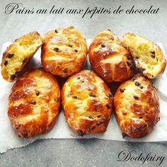 Des petits pains au lait pour le petit déjeuner, miam!! Aujourd'hui j'ai rajouté des pépites de chocolat à la recette, quelle délicieuse odeur à la sortie du four!! Et ce moelleux!! J'ai allégé en beurre la recette originale, les pains au lait sont toujours...