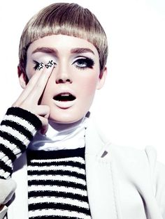 Nothing has come to epitomise our vision of mod style more than Twiggy short haircuts and orb-like eyes framed right round with thick, long lashes. Lisa Cant wears the look for Fashion Magazine Canada with nude lips and modern full brows. Mod Makeup, Beauty Makeup, Hair Makeup, Hair Beauty, 1960s Makeup, Twiggy Makeup, Retro Makeup, Beauty Care, Make Up Looks