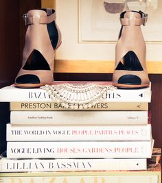 Alessandra Ambrosio & The Victoria& Secret Angels Victorias Secret Models, Victoria Secret Fashion Show, Tart Collections, Shoes Stand, Shoe Display, Victoria Secret Angels, Alessandra Ambrosio, Fashion Books, Fashion Beauty
