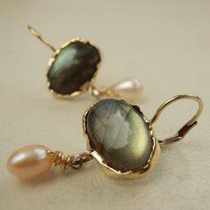 Massief gouden oorringen, labradoriet oorbellen, Pearl Drop Earrings, Gemstone Jewelry door yifatbareket op Etsy https://www.etsy.com/nl/listing/99280478/massief-gouden-oorringen-labradoriet