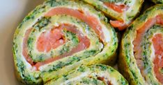 Probieren und Studieren : Low Carb Lachs-Spinat-Rolle Try and study: low carb salmon spinach roll Spinach Rolls, Spinach Lasagna Rolls, Spicy Recipes, Healthy Chicken Recipes, Healthy Cooking, Tuna Mousse Recipe, Lunch To Go, Fish And Seafood, Finger Foods