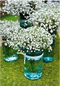en frascos antiguos flores sensillas..impresindibles en cualquier ramo.-