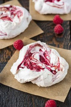 Chewy Raspberry Meringues Light and crunchy on the outside, soft and chewy on the inside. These chewy meringues are the perfect sweet treat. Merangue Recipe, Meringue Cookie Recipe, Candy Recipes, Sweet Recipes, Dessert Recipes, Pie Recipes, Grilled Desserts, Just Desserts, Cake Candy