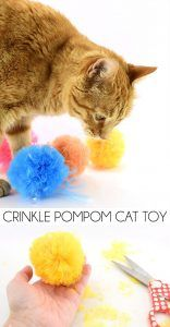 Pompom Cat Toys These crinkle pompom cat toys are so easy to make and have that crinkly sound that all kitties just love!These crinkle pompom cat toys are so easy to make and have that crinkly sound that all kitties just love! Diy Cat Toys, Homemade Cat Toys, Chat Crochet, Crochet Cat Toys, Crochet Animals, Cool Cats, Diy Jouet Pour Chat, Gatos Cool, Kitten Toys