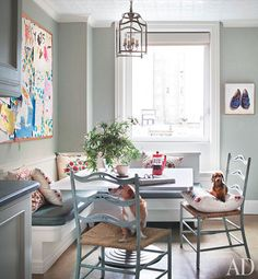 breakfast nook Ali Wentworth and George Stephanopoulos's New York Apartment : Architectural Digest Kitchen Banquette, Dining Nook, Kitchen Nook, Kitchen Seating, Banquette Seating, Kitchen Dining, Kitchen Walls, Dining Chairs, Dining Table