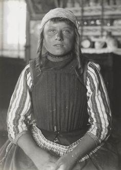Meisje tussen 6 en 18 jaar zonder 'slauwen' (opgespelde stroken katoen) en zonder 'bauw' (borstlap). Molkenboer ca 1910 #NoordHolland #Marken