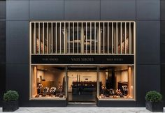 Tienda de alto prestigio, el diseño es muy modernalista, se puede apreciar grandes ventanales a derecha e izquierda mostrando el total completo del interior de la tienda. Mario Bellido