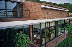 #Casas #Contemporaneo #Exterior #Puertas #Vidrio #Barandillas #Plantas #Arboles