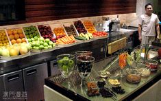 Like the storage/display of fruits/vegetables and the accessibility it provides. Like the storage/display of fruits/vegetables and the accessibility it provides. Fresh Juice Bar, Best Fruit Juice, Fruit Juice Recipes, New Fruit, Fruit And Veg, Buffets, Juice Bar Interior, Juice Bar Design, Juice Store