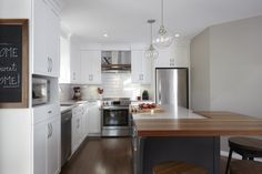 & & & & This beautiful rnovation made up a kitchen, transitional, timeless and warm. Cabinets in cherry which white give a pice lumine Kitchen Decor, Kitchen Style, Fun Decor, Sweet Home, Decor, White Kitchen, White Modern Kitchen, Kitchen, Home Decor