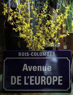 Ancienne plaque de rue émaillée disponible .... 50 cm de long X 30 cm de Haut X 2 cm d'épaisseur ! Visible chez Sortie d'Usine Morgny ( Eure ).