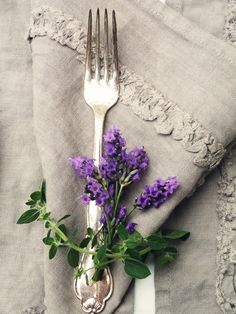 linen, silver, and lavender... Lovely table setting