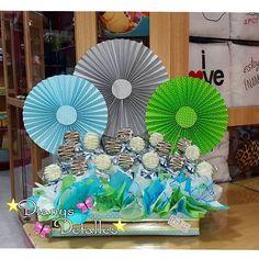 Arreglos con abanicos Balloon Flowers, Chocolate Bouquet, Candy Bouquet, Ideas Para Fiestas, Flower Basket, Table Centerpieces, Craft Fairs, Cool Gifts, Gift Baskets
