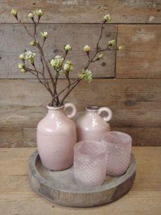 Cadeau pakket houten dienblad met 2 flessen roze 2 waxinelichten roze en 2 bloesemtakken.