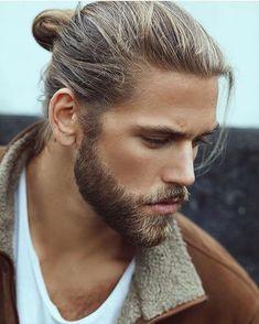 Man Bun und Vollbart für Männer mit langen Haaren