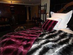 Coperta e Cuscino di Chinchillà Fucsia e Naturale. Fur Blanket, Furs, Blankets, Comforters, Most Beautiful, Bed, House, Furniture, Ideas