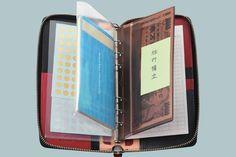 散らかったカバンの中身は『システム手帳』を使えば、解決!財布はもちろん、筆記用具に携帯電話の充電器やケーブル、定期券や名刺、絆創膏や目薬、常備薬。細々した小物類でカバンの中身はカオス状態……。持って歩 Muji Storage, Organization Hacks, Life Hacks, Household, Stationery, Notebook, Good Things, Paper, Design