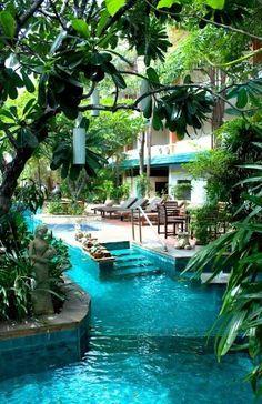 Ho bisogno di una grande piscina perché mi piace fare una nuotata ogni mattina prima di andare al lavoro. Durante il weekend, fare una festa barbecue con la mia famiglia e i miei amici. Dopo il lavoro, prendere il sole e bevo bibita fresca.