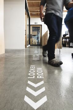 【EIGHT DESIGN】稲沢市の家具メーカー「株式会社弘益 稲沢配送センター」のオフィスデザイン。 Floor Signage, Directional Signage, Entrance Signage, Wayfinding Signage, Signage Design, Gym Design, Cafe Design, Floor Design, Environmental Graphic Design