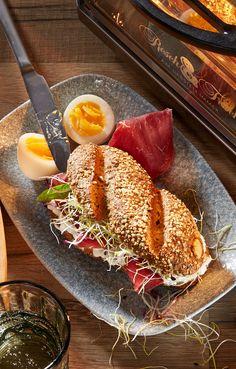 Low-Carb Genuss vom Feinsten!   Was du dafür brauchst?  Resch&Frisch Low-Carb Weckerl, Hüttenkäse mit Kräutern, Bresaola, Frühlingszwiebel und ein hart gekochtes Ei.  Wir wünschen viel Spaß beim Nachmachen! #reschundfrisch #amliebstenimmer #lowcarb #kohlenhydratarm #rezeptideen Kraut, Low Carb, Fine Dining, Superfood Recipes, Fresh, Meal