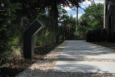 Grind pad met betonnen platen