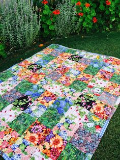 Sewing Block Quilts Susie's Garden Lap Quilt - free pattern easy quilt, suitable for charity quilt or gift. Lap Quilt Patterns, Beginner Quilt Patterns, Quilting For Beginners, Quilt Tutorials, Beginner Quilting, Simple Quilt Pattern, Easy Patterns, Lap Quilts, Quilt Blocks