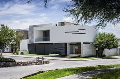 Construído na 2014 na Aguascalientes, México. Imagens do Oscar Hernández. Casa Maríaencontra-se num terreno de esquina, com 450 m², ao norte da cidade de Aguascalientes, Onde através da intersecção de volumes de distintas...
