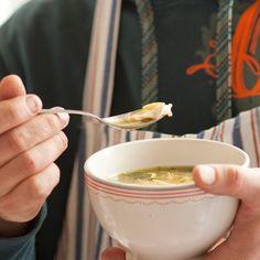 Ouderwetse kippensoep •2 l water •2 kippenbouten (ongeveer 800 g) •1 ui •1 prei •2 stengels bleekselderij •1 winterwortel •1 stukje foelie • 2 laurierblaadjes •6 zwarte peperkorrels •wat zout •1 handjevol vermicelli •wat verse peterselie, fijngesneden Dutch Recipes, Thai Recipes, Easy Healthy Recipes, Soup Recipes, Easy Meals, Crock Pot Soup, Meals For Two, Soup And Salad, Healthy Life